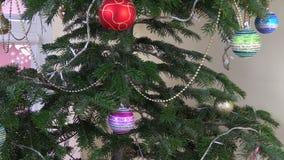 Funkelnde Weihnachtsbaumspielwaren und weiße Lichter stock video