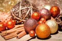 Funkelnde Weihnachtsdekoration im orange und braunen Naturholz Lizenzfreies Stockbild