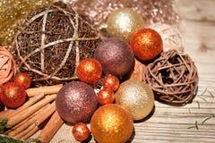 Funkelnde Weihnachtsdekoration im orange und braunen Naturholz Lizenzfreie Stockfotografie