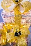 3 funkelnde Weihnachtspakete, mit großen Goldbögen und Glocken Stockbilder