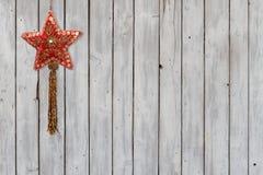 Funkelnde Weihnachtsstern-Samt-Verzierung auf verwittertem hölzernem Hintergrund lizenzfreies stockfoto