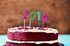 Funkelnde Zahlen, die Nr. 2016 auf einem Kuchen bilden Lizenzfreies Stockfoto