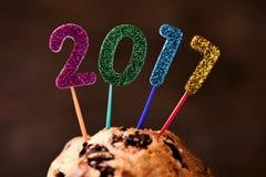 Funkelnde Zahlen, die Nr. 2017 auf einem Kuchen bilden Lizenzfreie Stockfotos