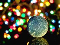 Funkelnder blauer Weihnachtsball Stockfoto