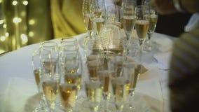 Funkelnder Champagner auf Hochzeitstafel stock video