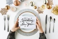 Funkelnder festlicher Abendtisch der neuen Jahre Stockbilder