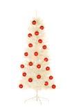 Funkelnder weißer künstlicher Weihnachtsbaum verziert mit rotem Ballisolat stockfotografie