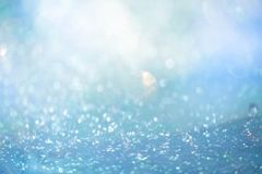 Funkelnder weicher blauer Winter-Unschärfe-Zusammenfassungs-Hintergrund stockfoto