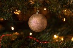 Funkelnder Weihnachtsbaum-Flitter stockfoto