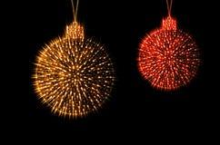Funkelndes Rot der Weihnachtsdekorations-Bälle und Goldfarbe Stockfoto
