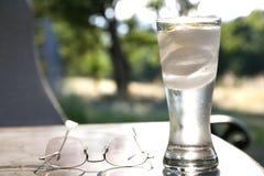 Funkelndes Wasser im Glas Stockbild