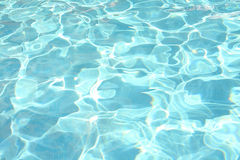 Funkelndes Wasser im Swimmingpool Stockfoto
