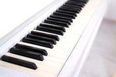 Funkelndes weißes schönes Klavier Selektiver Fokus auf Schlüsseln Stockfotografie