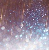 Funkelnweinlese beleuchtet den Hintergrund, der weiß sind und das defocused Purpur Lizenzfreie Stockfotos