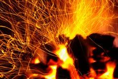 Funken der Kohlen stockfoto