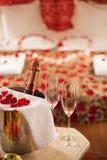 Funken des Weins, der Champagnergläser und der rosafarbenen Blumenblätter Lizenzfreie Stockfotos