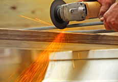 Funken, die Metall Rod schneiden Stockbilder