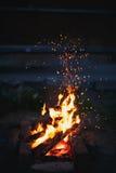 Funken fliegen vom Feuer Stockbilder