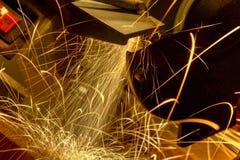 Funken fliegen von einem Werkstatt-Schleifer Lizenzfreies Stockfoto