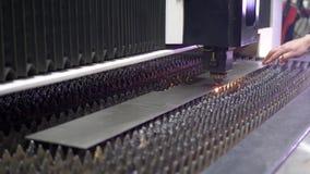 Funken fliegen von Laser durch automatischen Ausschnitt CNC stock video