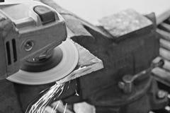 Funken fliegen von und der Schwarzweiss Winkelschleifer lizenzfreies stockbild