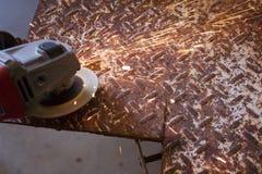Funken fliegen von und Winkelschleifer auf Diamantplatte Stockfoto