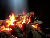 Funken und Aufflackern eines Nachtfeuers im Wald Lizenzfreie Stockfotografie