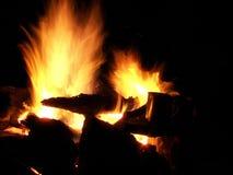 Funken und Aufflackern eines Nachtfeuers im Wald Lizenzfreie Stockbilder