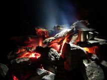 Funken und Aufflackern eines Nachtfeuers im Wald Stockfotografie