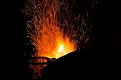 Funken vom Feuer in der Schmiede Stockbild