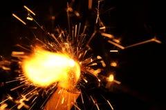 Funken von den Brandrissen in der Kerze Lizenzfreie Stockfotografie