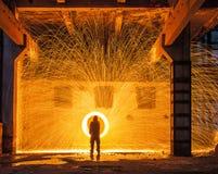 Funken von steelwool in einer industriellen Halle Stockfotos