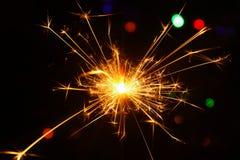 Funken während der brennenden Wunderkerzen Lizenzfreie Stockfotografie