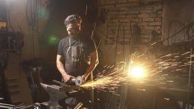 Funken während des Ausschnitts des Metallwinkelschleifers Schmied, der in einer Werkstatt mit Metall arbeitet Arbeitskraftanwendu stock video