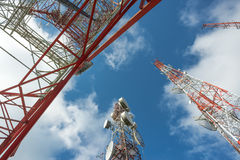 Funkmast mit blauem Himmel von unterhalb Lizenzfreie Stockfotos