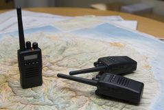 Funkradioapparat für Notfall und Karte Stockfotos
