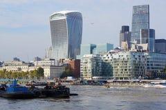 Funksprechgerät-Turm-und Fluss-Lastkähne, London, England Stockfoto