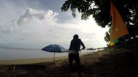 Funktion der jungen Frau als Strandreiniger, der Sänften, Rückstand auf tropischem sandigem Strand harkt stock video
