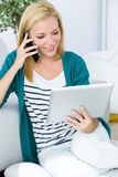 Funktion der recht jungen Frau und Anwendung ihres Handys Stockbild