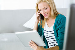 Funktion der recht jungen Frau und Anwendung ihres Handys Lizenzfreie Stockfotos