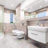Funktionellt badrum i beiga arkivbilder