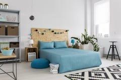 Funktionellt sovrum med ecoanda royaltyfria bilder