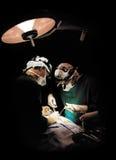 Funktionieren mit zwei Chirurgen Lizenzfreies Stockfoto