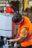 Funktionierende Fabrikmaschine des Arbeiters Stockbild