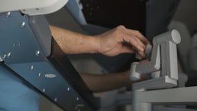 Funktionierende Maschine der robotergestützten Chirurgie des Chirurgen, minimal Invasionsda Vinci System stock video