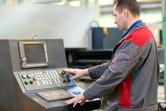 Funktionierende Werkstattmaschine der industriellen Mannarbeitskraft Lizenzfreies Stockfoto