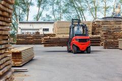 Funktionierender Gabelstapler in der Bauholz-Industrie Lizenzfreies Stockfoto