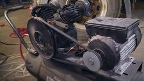 Funktionierender Kompressor an der Station stock footage