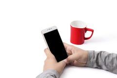 Funktionierendes Telefon des Mannes Eine rote Schale, die auf dem Tisch sitzt lizenzfreies stockbild