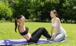 Funktionsduglig abs för angenäm sportig kvinna Arkivfoto